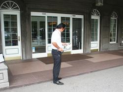 ウイングタワー玄関前での測定風景